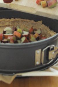 Zubereitung eines Rhabarberkuchens