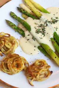 Gebratener Spargel mit Kartoffelnestern und veganer Sauce Hollandaise